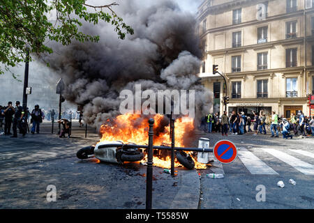 Paris, France. 20th Apr, 2019. Yellow vests demonstration for the 23rd time, on April 20, 2019 in Paris, France. - Stock Photo