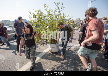 London, UK. 21st April, 2019. Extinction Rebellion protesters voluntarily begin to leave occupied Waterloo Bridge taking away plants, tents and other camp infrastructure. More than 1,000 people have been arrested by police during the six days of climate change protests. Hundreds of officers from other forces have been sent to the capital to help the Metropolitan Police. Credit: Guy Corbishley/Alamy Live News - Stock Photo