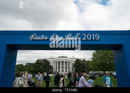 Washington, United States Of America. 22nd Apr, 2019. The White House is seen under a sign for the Easter Egg Roll, in Washington, DC on April 22, 2019. Credit: Kevin Dietsch/Pool via CNP | usage worldwide Credit: dpa/Alamy Live News - Stock Photo