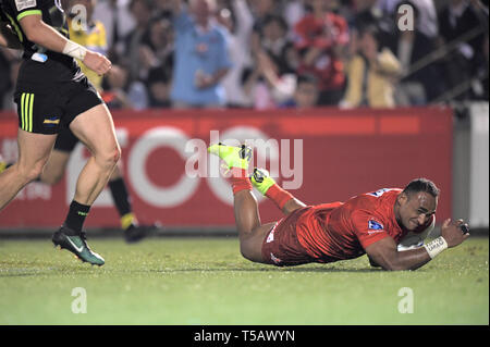 Semisi Masirewa of Sunwolves scores a try during the 2019 Super Rugby match between Sunwolves 23-29 Hurricanes at Prince Chichibu Memorial Stadium in Tokyo, Japan on April 19, 2019. Credit: FAR EAST PRESS/AFLO/Alamy Live News - Stock Photo