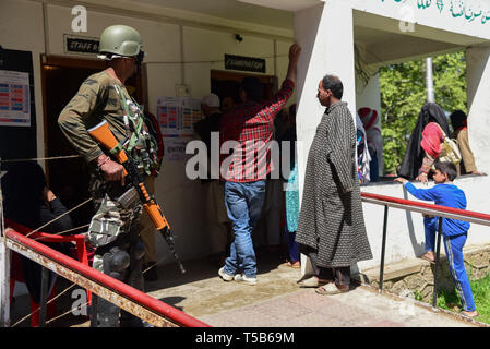 Anantnag, Jammu and Kashmir, India. 23rd Apr, 2019. An Indian paramilitary man seen standing on guard outside a polling station in Anantnag, South Kashmir.On the third phase of India's Parliamentary elections, Indians went to polls amid complete shut down and internet gag. Credit: Idrees Abbas/SOPA Images/ZUMA Wire/Alamy Live News - Stock Photo