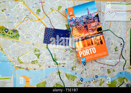 Porto Rough Guide, Porto map and Porto andante transport tour card on a map of the city and River Douro for tourists in  Portugal Europe KATHY DEWITT - Stock Photo