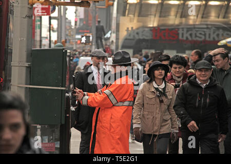 Woman police officer in Manhattan, New York City, USA - Stock Photo
