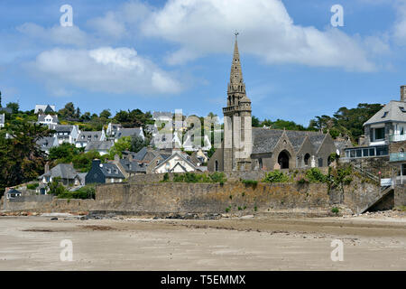 Church and beach of Saint-Michel-en-Grève, commune in the Côtes-d'Armor department in Brittany in northwestern France. - Stock Photo