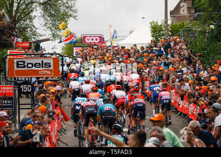 24 april 2019 Huy, Belgium Cycling La Fleche Wallone    Peloton op de muur van Huy - Stock Photo