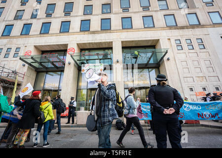 London, UK. 15th Apr, 2019. Protestors outside Shell headquarters in London, UK. Credit: Vladimir Morozov/akxmedia - Stock Photo