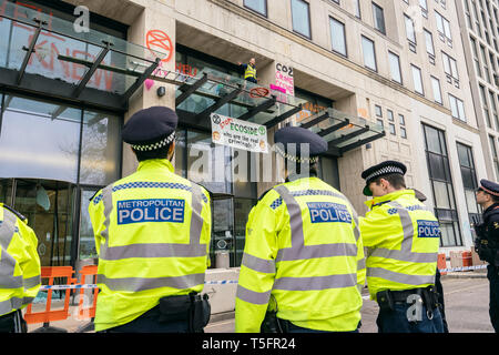 London, UK. 16th Apr, 2019. Demonstrators at Shell headquarters in London, UK. Credit: Vladimir Morozov/akxmedia