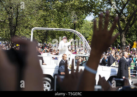 Washington, DC, USA. 23rd Sep, 2015. Pope Francis waves from the popemobile during a parade around The Ellipse in Washington, DC, Sept. 23, 2015. The pope, 78, was on a three-city tour of the U.S., with this first stop in Washington, DC, for meetings with President Obama, the canonization of an 18th-century missionary, speaking before a joint session of Congress and working with a Catholic charity serving lunch to homeless. Credit: Bill Putnam/ZUMA Wire/Alamy Live News - Stock Photo