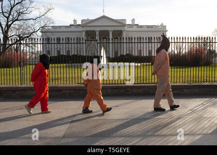 Washington, DC, USA. 11th Jan, 2007. Protestors dressed in orange jumpsuits march past the White House in Washington, DC, Jan. 11, 2007, to call for the closing of the detention facility at the US Naval Base in Guantanamo Bay, Cuba. The White House protest was part of a day of protests in the city marking the 5th anniversary of the opening of the controversial prison. Credit: Bill Putnam/ZUMA Wire/Alamy Live News - Stock Photo
