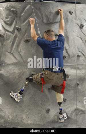 Washington, DC, USA. 12th Sep, 2007. U.S. Army Sgt. 1st Class Jaque Kesslar, a double-leg amputee patient at Walter Reed Army Medical Center, climbs a rock wall in the hospital's new Warrior Advanced Training Center, in Washington, DC, Sept. 12, 2007.Kesslar, from Big Bear Lake, Calif., was deployed to Iraq with Alpha Troop, 4th Squadron, 14th Cavalry Regiment, when he was wounded. The multi-million dollar facility will help amputees from the Iraq and Afghanistan wars heal and rehabilitate. Credit: Bill Putnam/ZUMA Wire/Alamy Live News - Stock Photo