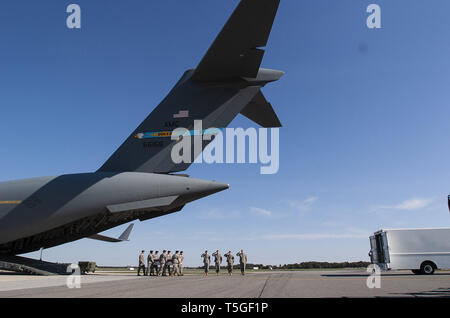Dover, Delaware, USA. 6th Oct, 2009. An honor guard from the U.S. Army's 3rd Infantry Regiment carries the transfer casing of Spc. Christopher T. Griffin, of Kincheloe, Mich., from a C-17 transport at Dover Air Force Base, Del., Oct. 6, 2009. Griffin was one of eight soldiers killed Oct. 3 in Afghanistan's Nuristan Province when tribal militias attacked their outpost. Griffin was assigned to 4th Brigade Combat Team, 4th Infantry Division, Fort Carson, Col. Credit: Bill Putnam/ZUMA Wire/Alamy Live News - Stock Photo