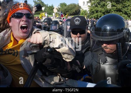 Washington, DC, USA. 15th Sep, 2007. Capitol Hill police officers arrest anti-war demonstrators during a protest against the Iraq war on Capitol Hill, Washington, DC, Sept. 15, 2007. Credit: Bill Putnam/ZUMA Wire/Alamy Live News - Stock Photo