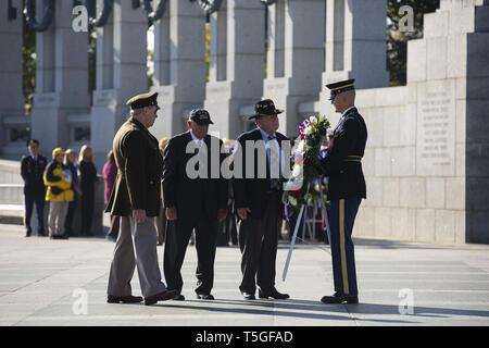 Washington, DC, USA. 12th Nov, 2014. A US Army honor guard escorts Vietnam veterans and Joe Galloway at the World War 2 Memorial during a Veterans Day serice in Washington, DC, November 11, 2014. Credit: Bill Putnam/ZUMA Wire/Alamy Live News - Stock Photo