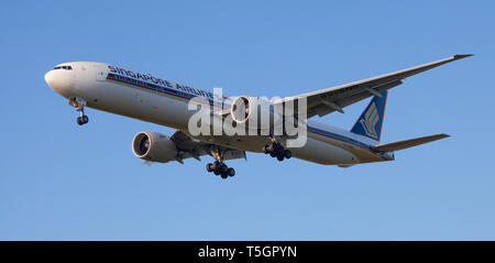 Singapore Airlines Boeing 777 9V-SNB on final approach to London-Heathrow Airport LHR - Stock Photo