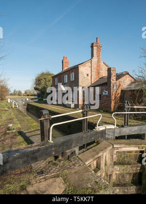 Vacant Lock Keepers Cottage on the Oxford Canal near Little Bourton near Banbury Oxfordshire, England. UK. - Stock Photo