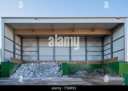 auf eine Recyclinghof wird Abfall sortiert und entsorgt - Stock Photo