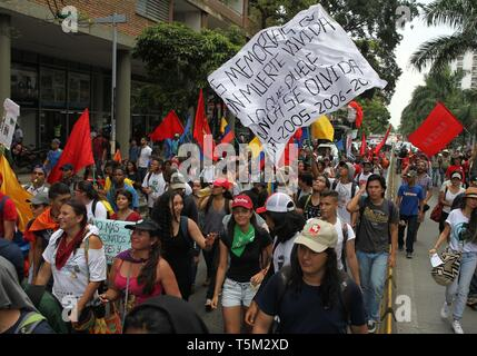 Cali, Colombia. 25th Apr, 2019. People march during a 24 hour national strike, in Cali, Colombia, 25 April 2019, to protest against the social and economic policies of President Ivan Duque. Credit: Ernesto Guzman Jr/EFE/Alamy Live News - Stock Photo