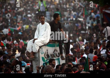 Khartoum, Sudan. 25th Apr, 2019. Sudanese protest outside the army's headquarters in Khartoum, Sudan, April 25, 2019. Credit: Mohamed Khidir/Xinhua/Alamy Live News - Stock Photo