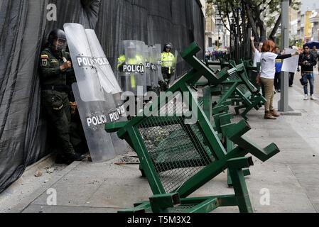 Bogota, Colombia. 25th Apr, 2019. Police officers on duty during a national strike, in Bogota, Colombia, 25 April 2019, to protest against the economic and social policies of President Ivan Duque. Credit: Leonardo Munoz/EFE/Alamy Live News - Stock Photo
