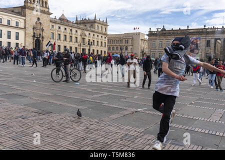 Bogota, Colombia. 25th Apr, 2019. April 25, 2019 - A hooded man throwing stones at the police in the march of the national strike in the city of Bogotà Credit: Daniel Garzon Herazo/ZUMA Wire/Alamy Live News Credit: ZUMA Press, Inc./Alamy Live News - Stock Photo