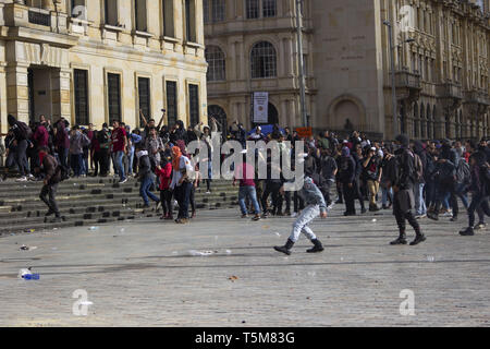 Bogota, Colombia. 25th Apr, 2019. April 25, 2019 - University students supporting the national strike in the city of Bogotà Credit: Daniel Garzon Herazo/ZUMA Wire/Alamy Live News Credit: ZUMA Press, Inc./Alamy Live News - Stock Photo