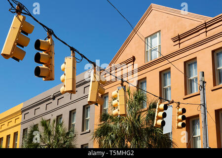 Traffic lights on Market Street in Charleston, South Carolina, USA. The buildings in the background have boldly coloured facades. - Stock Photo