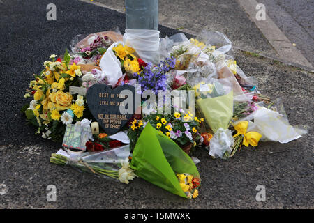 Derry, County Londonderry, Northern Ireland, 25th April, 2019 . Flowers left in tribute to journalist Lyra McKee lay near the scene of her shooting on April 19, 2019 in Londonderry, Northern Ireland. Journalist and Author Lyra McKee was shot in the head while observing rioting in Derry's Creggan neighbourhood after police raided properties in the Mulroy Park and Galliagh area on the night of Thursday 18th April 2019. The New IRA has admitted responsibility for the murder of journalist Lyra McKee. Paul McErlane/Alamy - Stock Photo