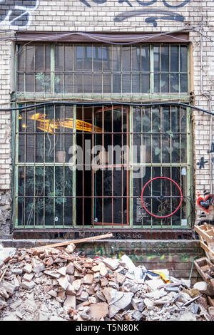 Wedding, Berlin. Inner courtyard of dilapidated old industrial building next to Panke river at Gerichtstrasse 23. Residential & business use. - Stock Photo