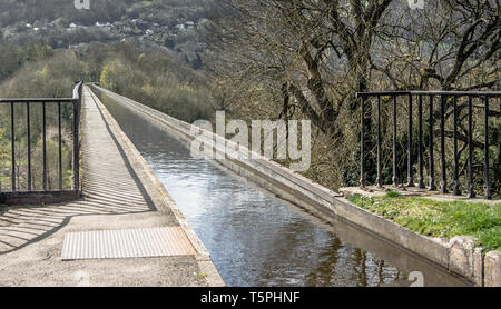 A view across the narrow Pontcysyllte Aqueduct which carries the Llangollen Canal across the River Dee in the Vale of Llangollen in north east Wales. - Stock Photo