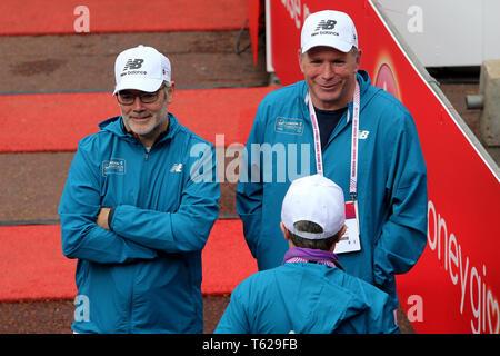 London, UK. 28th April 2019. Volunteers during the Virgin Money London Marathon on Sunday 28th April 2019.      Credit: MI News & Sport /Alamy Live News - Stock Photo