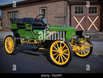 1910s VINTAGE ANTIQUE 1912 STANLEY STEAMER FOUR SEAT CAR GREEN WITH YELLOW WOOD SPOKE WHEELS  - km4625 DEL001 HARS OLD FASHIONED - Stock Photo
