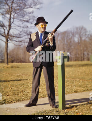 1960s MAN TRAP SHOOTER ON RANGE FIRING LINE READY TO CALL FOR CLAY BIRD TARGET - ks4228 HAR001 HARS CALL READY RURAL HEALTHINESS PHYSICAL FITNESS PERSONS MALES ATHLETIC CONFIDENCE EXPRESSIONS MIDDLE-AGED MIDDLE-AGED MAN SKILL ACTIVITY AMUSEMENT HAPPINESS PHYSICAL HEAD AND SHOULDERS HOBBY LEISURE STRENGTH INTEREST HOBBIES KNOWLEDGE RECREATION TRAP PASTIME PLEASURE ON TO AUTHORITY FIRING CONCEPTUAL FLEXIBILITY MUSCLES RANGE STYLISH DETERMINED SHOOTER FIREARM FIREARMS PRECISION PREPARED RELAXATION SIDE BY SIDE AMATEUR CAUCASIAN ETHNICITY CONCENTRATION ENJOYMENT HAR001 OLD FASHIONED - Stock Photo