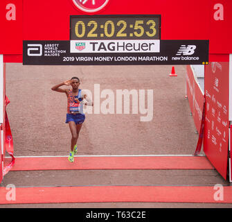 London, UK. 28th April, 2019. The London Marathon race finishes on The Mall in Westminster. Credit: Malcolm Park/Alamy Live News. - Stock Photo