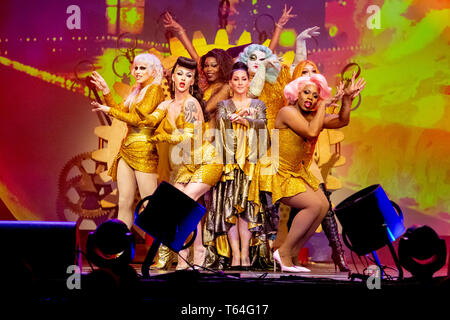 Berlin, Germany. 28th Apr, 2019. Michelle Visage (M), drag queen and presenter of the show, performs with other drag queens at 'RuPaul's Drag Race' in the Tempodrom. Dragqueens and travesty artists are long dismissed as 'colourful birds'. The US show 'RuPaul's Drag Race' puts the scene into the mainstream. (to dpa-Korr 'Mainstream and Exotic: US-Dragqueen-Stars in Berlin') Credit: Christoph Soeder/dpa/Alamy Live News - Stock Photo