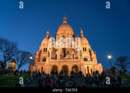 Touristen vor der  Basilika Sacre Coeur in der Abenddämmerung, Montmartre, Paris, Frankreich  | tourists at Sacre Coeur Basilica  at dusk,  Montmartre - Stock Photo
