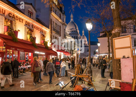 Platz Place du Tertre und die  Basilika Sacre Coeur in der Abenddämmerung, Montmartre, Paris, Frankreich  |  square Place du Tertre and Sacre Coeur Ba - Stock Photo