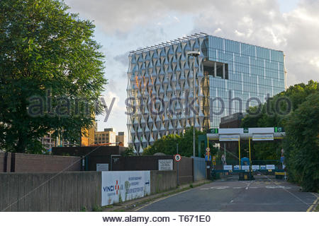 Looking along Nine Elms Lane towards the old entrance to Covent Garden Flower market and the New US Embassy in south London. 13/09/2017 - Stock Photo