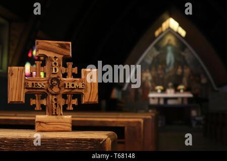 Croix de Jérusalem en bois d'olivier représentant Jésus-Christ dans l'église Notre-Dame des Alpes. Le Fayet - Stock Photo