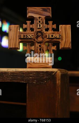 Croix de Jérusalem en bois d'olivier représentant Jésus-Christ dans une église. - Stock Photo