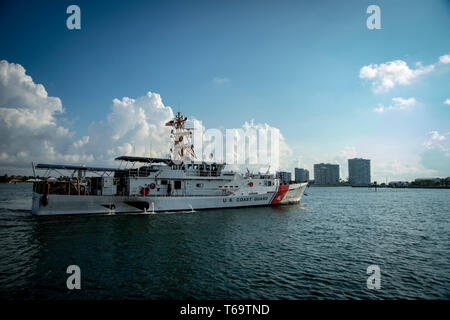 190429-N-KW679-1253 FORT LAUDERDALE, Fla. (April 29, 2019) The Sentinel-class cutter USCGC William Flores (WPC 1103) arrives in Port Everglades for Fleet Week Port Everglades 2019. Fleet Week Port Everglades provides an opportunity for the citizens of South Florida to witness first-hand the latest capabilities of today's maritime services and gain a better understanding of how the sea services support the maritime strategy and national defense of the United States. (U.S. Navy photo by Mass Communication Specialist 3rd Class Kristen Cheyenne Yarber) - Stock Photo