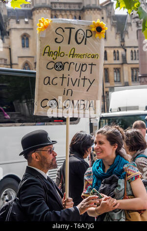 London, UK. 30th April 2019. London Mining Network and others outside the AGM of London-listed mining company Anglo American as shareholders arrive. They protest against its disregard for human rights, the environmental devastation caused by its projects, and its neo-colonial policies in Colombia, Brazil, Peru, Chile, South Africa and elsewhere. Some protesters were shareholders and went inside to ask questions at the AGM. Inminds were also protesting as De Beers supplies diamonds to be cut in Israel, providing the money to fund the IDF and Israeli apartheid. Peter Marshall/ Alamy Live News - Stock Photo