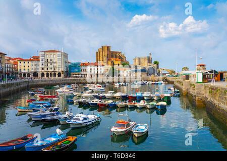 Spain, Cantabria, Castro-Urdiales, harbour, Santa Maria church and Santa Ana castle