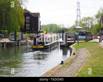 Sandford-on-Thames, Oxfordshire, UK. 30th Apr 2019. A canal boat goes through the lock on the Thames at Sandford. - Stock Photo