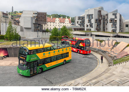 Sightseeing buses in front of science museum Dynamic Earth Edinburgh - Stock Photo