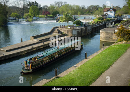A narrow boat enters through the lock gates at Goring lock at Goring-on-Thames on the River Thames. - Stock Photo