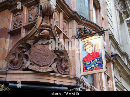 Historic city centre pub in Manchester - Stock Photo
