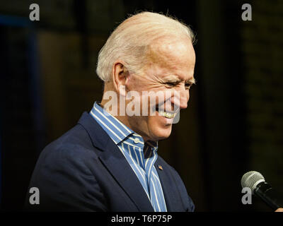 Des Moines, Iowa, USA. 1st May, 2019. Vice President JOE BIDEN looks at the crowd gathered for his campaign rally in Des Moines Wednesday night. Biden is running to be the Democratic nominee for the US Presidency in 2020. He is campaigning in Iowa City and Des Moines today. Iowa traditionally hosts the the first selection event of the presidential election cycle. The Iowa Caucuses will be on Feb. 3, 2020. Credit: Jack Kurtz/ZUMA Wire/Alamy Live News - Stock Photo