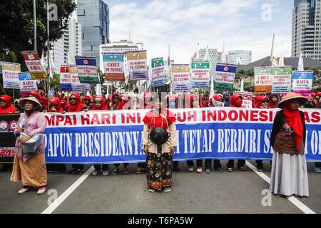 Jakarta, Jakarta, Indonesia. 1st May, 2019. Labourers seen holding placards and a banner during the rally to mark International Workers' Day in Jakarta.Protesters across Indonesia have organized rallies to demand for better working conditions. Credit: Agoes Rudianto/SOPA Images/ZUMA Wire/Alamy Live News - Stock Photo