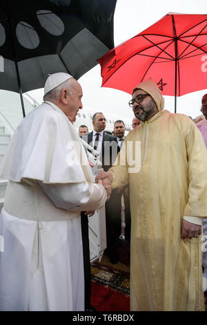 Pope Francis is received by Morocco's King Mohammed VI upon disembarking from his plane at Rabat-Sale International Airport near the capital Rabat, Morocco.  EDITORIAL USE ONLY. NOT FOR SALE FOR MARKETING OR ADVERTISING CAMPAIGNS.  Featuring: Pope Francis, King Mohammed VI Where: Rabat, Morocco When: 30 Mar 2019 Credit: IPA/WENN.com  **Only available for publication in UK, USA, Germany, Austria, Switzerland** - Stock Photo