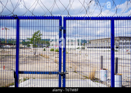 Barbed wire, Construction work, Lyon Gerland, France - Stock Photo